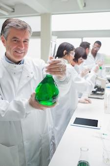 Chemicus holding bekerglas