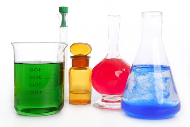 Chemicus onderzoekslaboratorium met chemische apparatuur