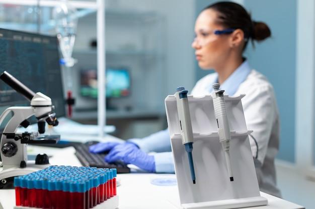 Chemicus wetenschapper vrouw met witte jas die vaccin tegen virus ontdekt