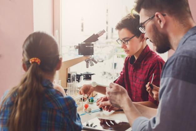 Chemisch experiment in laboratorium