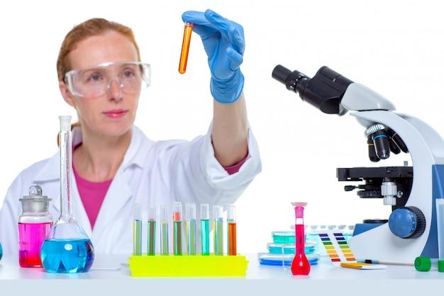Chemisch laboratorium wetenschapper vrouw met reageerbuis