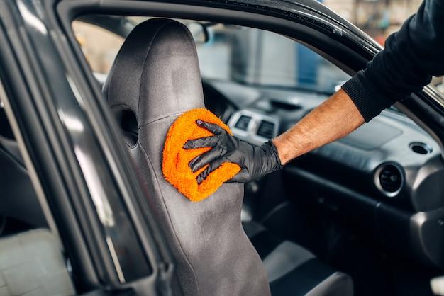 Chemisch reinigen van autostoelen met lepel