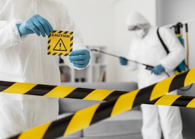 Chemisch risico concept met beschermingsmiddelen