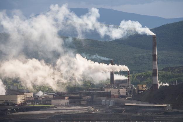 Chemische fabriek met rookstapel