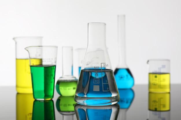 Chemische industrie lamp met blauwe magenta