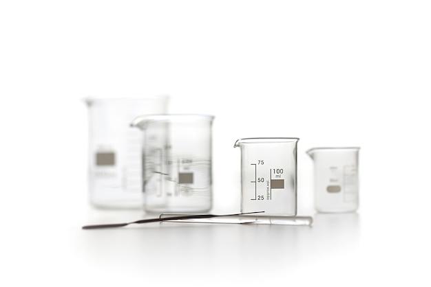 Chemische laboratoriumtest cups op een wit
