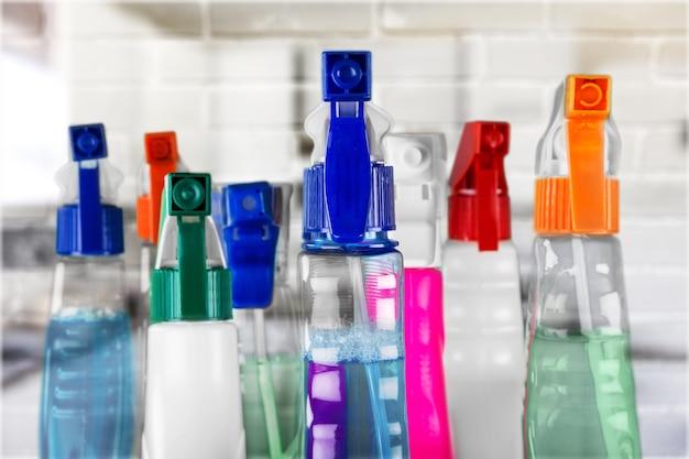 Chemische schoonmaakproducten op onscherpe achtergrond