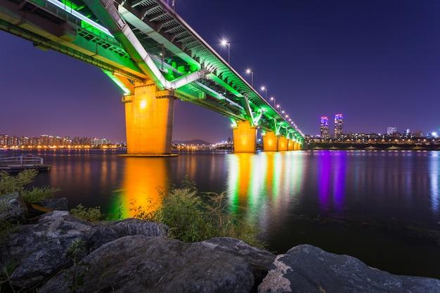 Cheongdambrug of cheongdamdaegyo is han rivierbrug bij nacht in seoel, zuid-korea.
