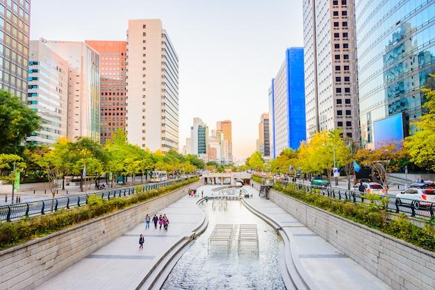Cheonggyecheon-stroom in de stad van seoel