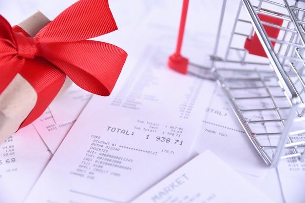 Cheques van aankopen in winkels en winkelwagen. detailopname.