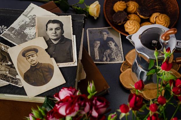 Cherkasy / oekraïne - 12 december 2019: vintage fotoalbum met familiefoto's. levenswaarden en generatiesconcept.