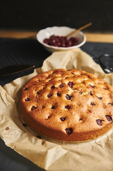 Cherry cake met suikerpoeder en ingrediënten