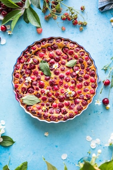 Cherry clafoutis met kers op een blauwe achtergrond