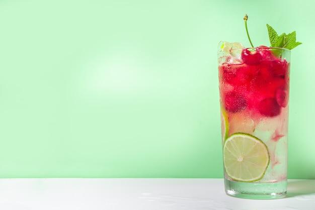 Cherry cola, limeade, mojito limonade cocktail met limoen en kersen