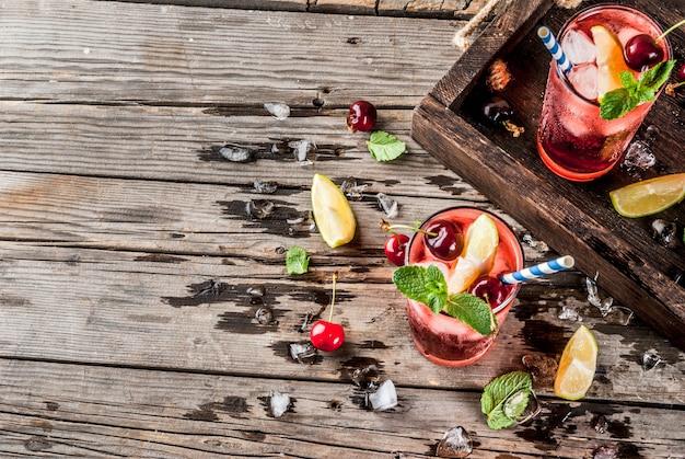 Cherry cola mojito in hoog glas met muntblaadjes