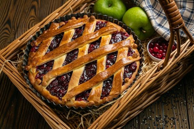 Cherry pie op een bruin houten tafel