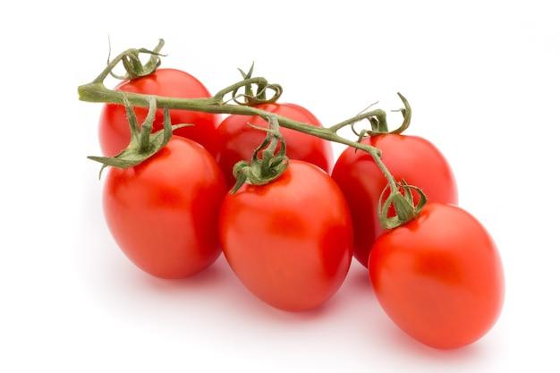 Cherry-tomaten. drie kerstomaatjes op een witte achtergrond.
