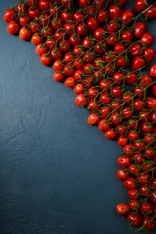 Cherry tomaten over blauw oppervlak
