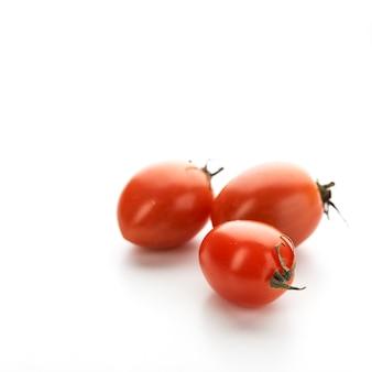 Cherry tomatoes op de witte achtergrond
