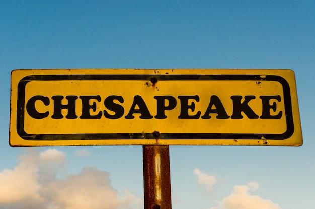 Chesapeake stads oud geel teken met blauwe hemel