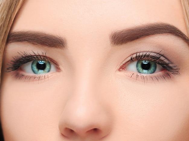 Chet verliezende gezicht van een mooi meisje met mooie grote blauwe ogen