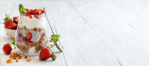 Chia pudding aardbeienparfait met griekse yoghurt en noten