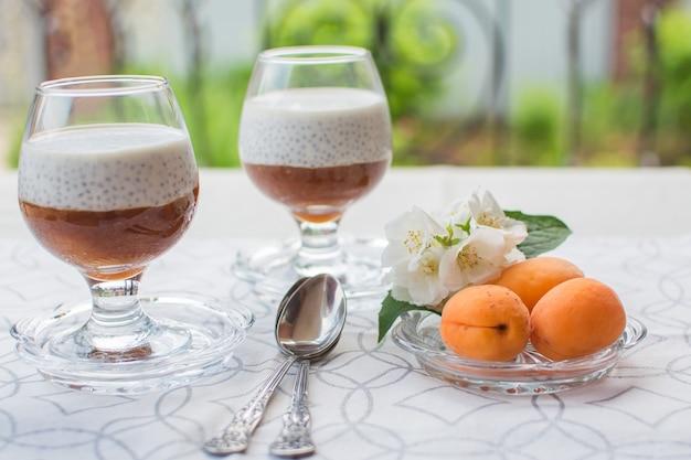 Chia pudding. gezond voedsel gemaakt van chiazaad en plantaardige melk met vers fruit puree.
