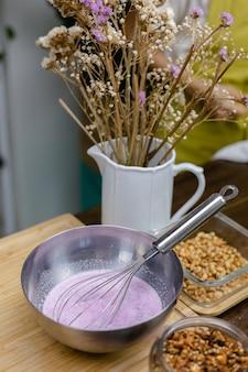 Chia pudding kookproces. amandelmelk gemengd met natuurlijk roze extract van drakenfruit en chiazaad.