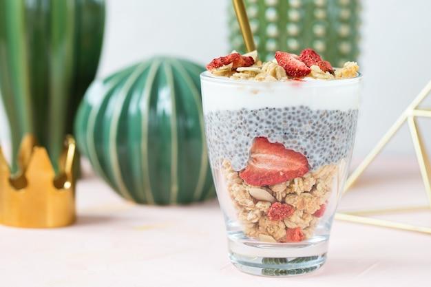 Chia pudding met amandelmelk, yoghurt en gedroogde aardbeien.