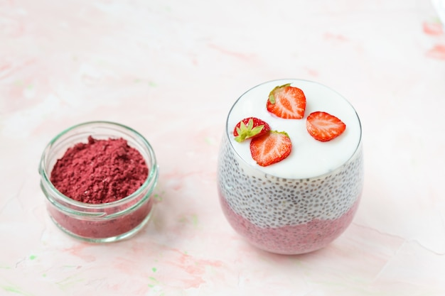 Chia pudding met amandelmelk, yoghurt, pitayapoeder