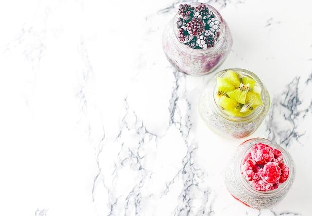 Chia pudding met bessen, frambozensaus, kiwisaus, bramensaus