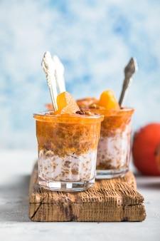Chia pudding met persimmon in glazen met hartjes persimmon