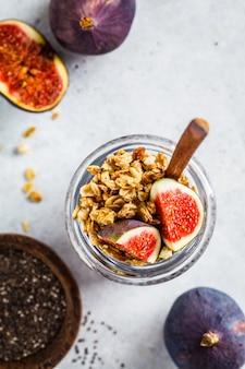 Chia pudding met vijgen en granola in pot.