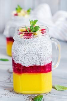 Chia zaadpudding in pot met mango. gezond ontbijt. zoet gezond dessert.