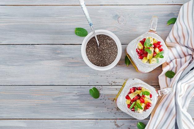 Chia zaadpudding in pot met mango. gezond ontbijt