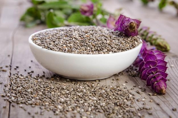 Chia zaden gezonde superfood met bloem op houten tafel