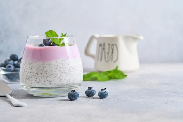 Chia-zadenpudding met bosbessenyoghurt en verse bessen in glas, bereid voor een gezond ontbijt