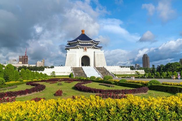Chiang kai-shek-gedenkteken in taipeh, taiwan. chinese karakters op de muren vertegenwoordigen de politieke waarden van ethiek, democratie en wetenschap van chiang kai-shek.