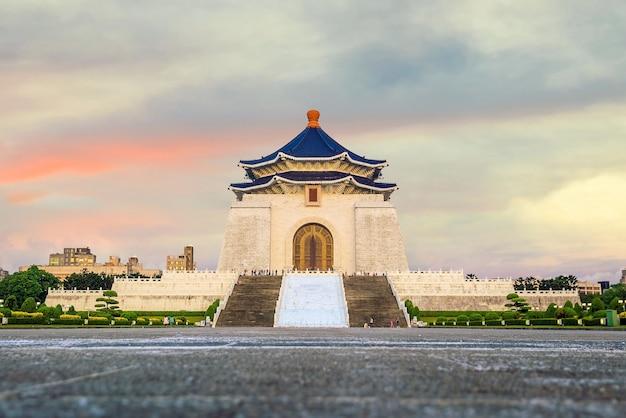 Chiang kai-shek gedenkteken in taipei, taiwan chinese karakters op de muren vertegenwoordigen chiang kai-shek's politieke waarden van ethiek, democratie en wetenschap.