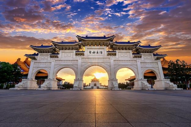 Chiang kai shek memorial hall 's nachts in taipei, taiwan. vertaling: