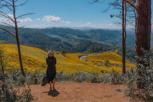 Chiang mai reis vrouwelijke toeristen en vrienden die in het noorden reizen