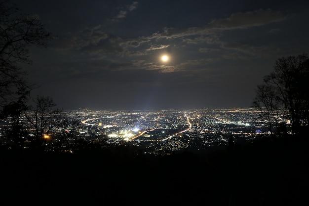 Chiang mai-stadsmening bij avond met het hoogtepunt van het zonnestraalgebied, thailand