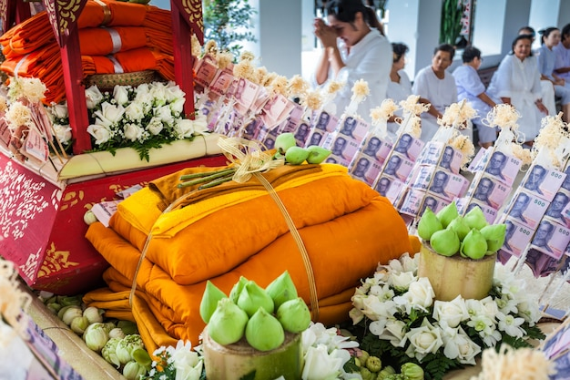 Chiang rai, thailand - november 06, 2014: loi krathong-festivalaanbiedingen bij wat rong khun-tempel.