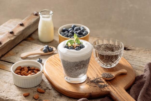 Chiapudding met bessen en melk, zoet voedzaam dessert, gezond ontbijt superfood concept