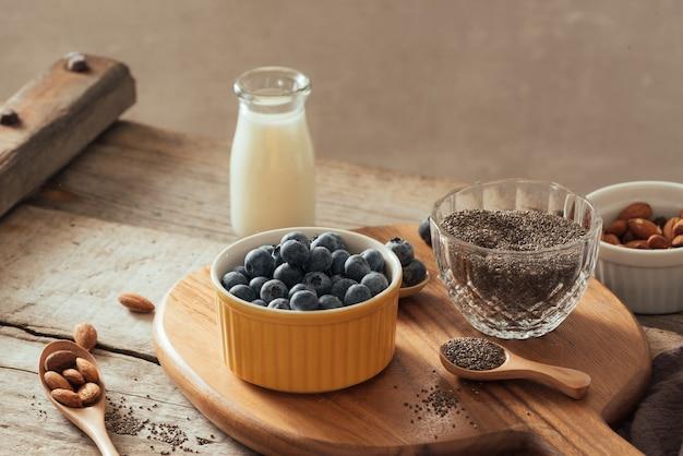 Chiapudding met verse bessen en amandelmelk. superfood-concept. veganistisch, vegetarisch en gezond eten met biologische producten