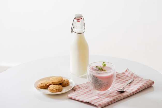 Chiapudding met yoghurt en bessen in glas