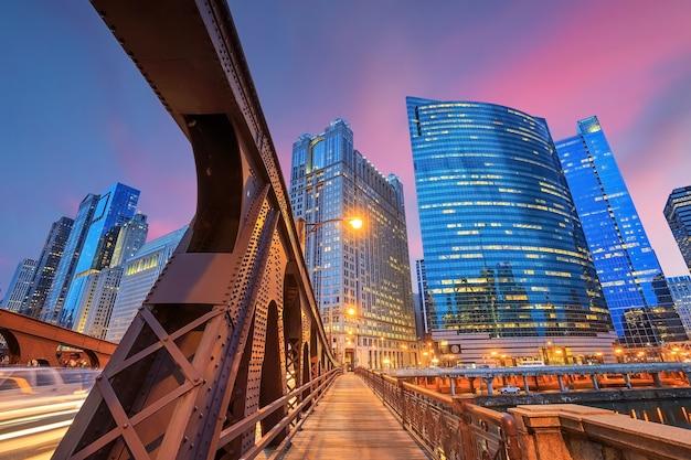 Chicago centrum en chicago river 's nachts.