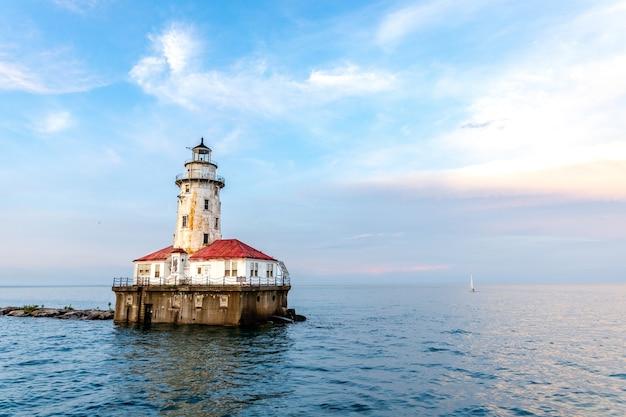 Chicago harbor lighthouse onder de bewolkte hemel