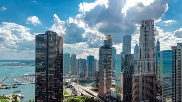 Chicago skyline luchtfoto drone weergave van bovenaf, stad van chicago downtown wolkenkrabbers en lake michigan stadsgezicht, illinois, usa