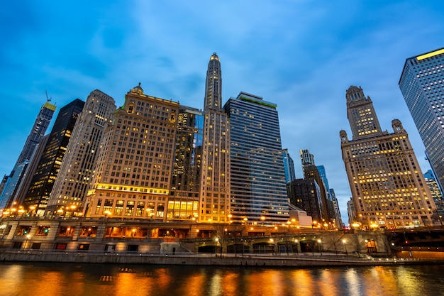 Chicago skylines langs de rivier van chicago